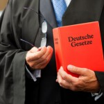 Rechtsanwalt für Verkehrsrecht mit einem Gesetzbuch