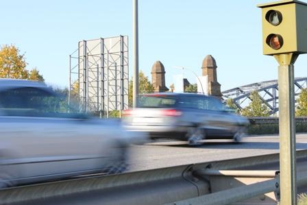 Blitzer auf der Autobahn in Berlin als Symbol für das Fahrverbot