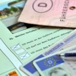 Führerschein und Fahrzeugpapiere als Symbol für einen Anwalt für Fahrverbot in Berlin