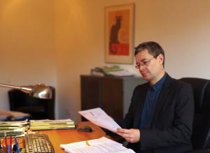 Rechtsanwalt Stephan Kuletzki am Schreibtisch