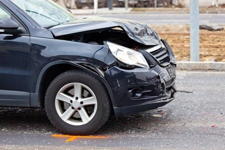 Schwarzes Unfallauto mit Frontalschaden als Beweis für das Verkehrsrecht